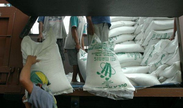 BANDUNG, 25/11 - KEBUTUHAN GULA. Sejumlah pekerja melakukan bongkar muat gula rafinasi di salah satu gudang didaerah Pasirkaliki, Bandung, Jawa Barat, Rabu (25/11). Pemerintah Indonesia kembali mengimpor gula rafinasi (raw sugar) sebanyak 180 ribu ton. Kebijakan impor gula tersebut akibat dari kekurangan stok gula nasional yang mencapai 500ribu ton hingga april 2010. FOTO ANTARA/Rezza Estily/ss/hp/09.